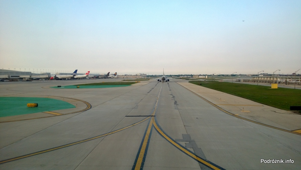USA - Chicago O'Hare International Airport - kołujący samolot American Airlines od tyłu - czerwiec 2013