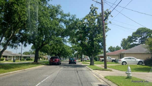 USA - jedna z typowych uliczek na przedmieściach Nowego Orleanu - czerwiec 2013