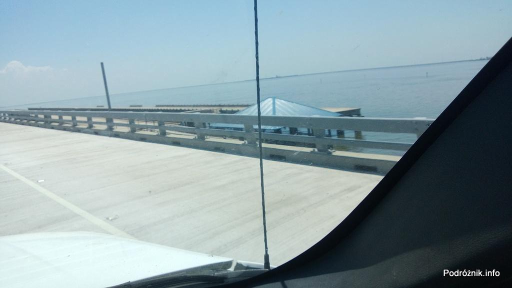 USA - okolice Nowego Orleanu - pozostałości zniszczonej autostrady I10 nad jeziorem Pontchartrain przez huragan Katrina - czerwiec 2013