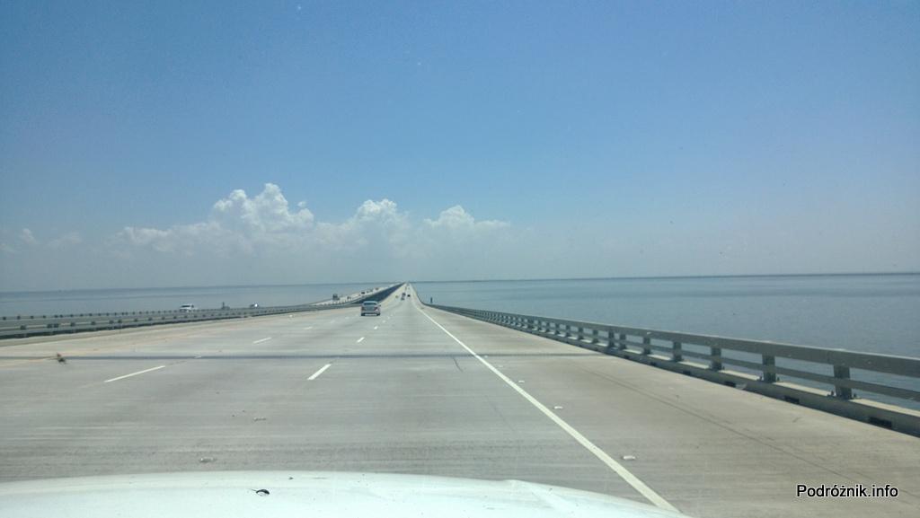 USA - okolice Nowego Orleanu - odbudowana autostrada I10 nad jeziorem Pontchartrain w stronę Nowego Orleanu - czerwiec 2013