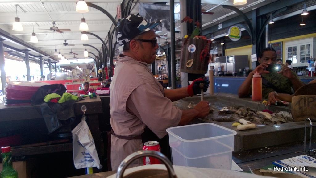 USA - Nowy Orlean - French Market przy French Quarter - Afroamerykanin otwierający świeże ostrygi - czerwiec 2013