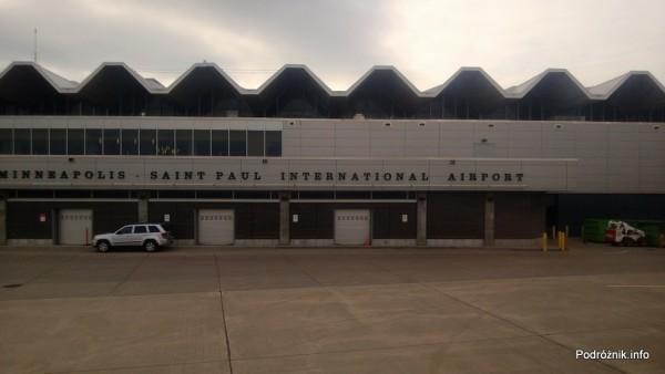 USA - Lotnisko w Minneapolis (Minneapolis Saint Paul International Airport) - napis na budynku terminala - czerwiec 2013