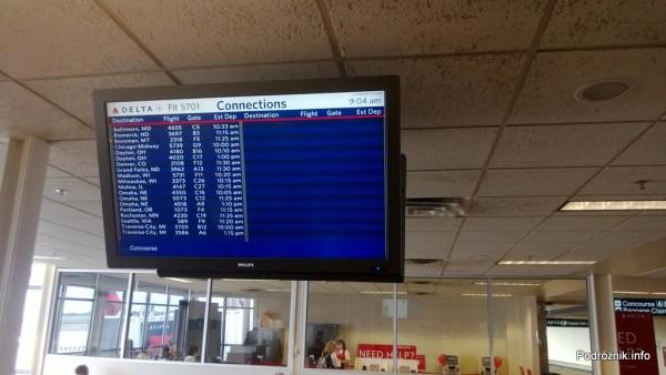 USA - Lotnisko w Minneapolis (Minneapolis Saint Paul International Airport) - ekran z informacjami o połączeniach dla pasażerów przylatujących rejsem DL5701 - czerwiec 2013