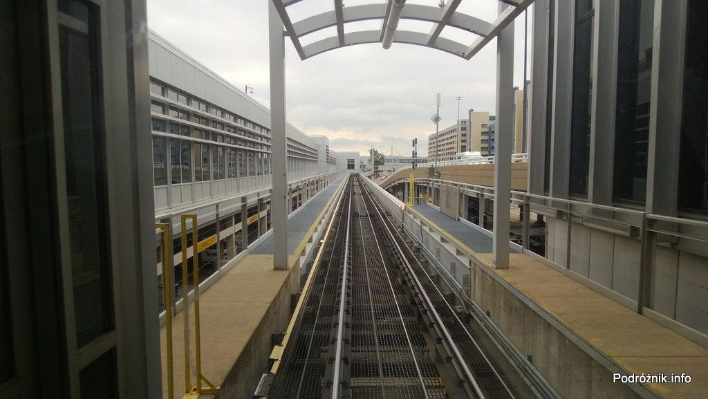 USA - Lotnisko w Minneapolis (Minneapolis Saint Paul International Airport) - widok z kolejki łączącej terminale A i B - czerwiec 2013