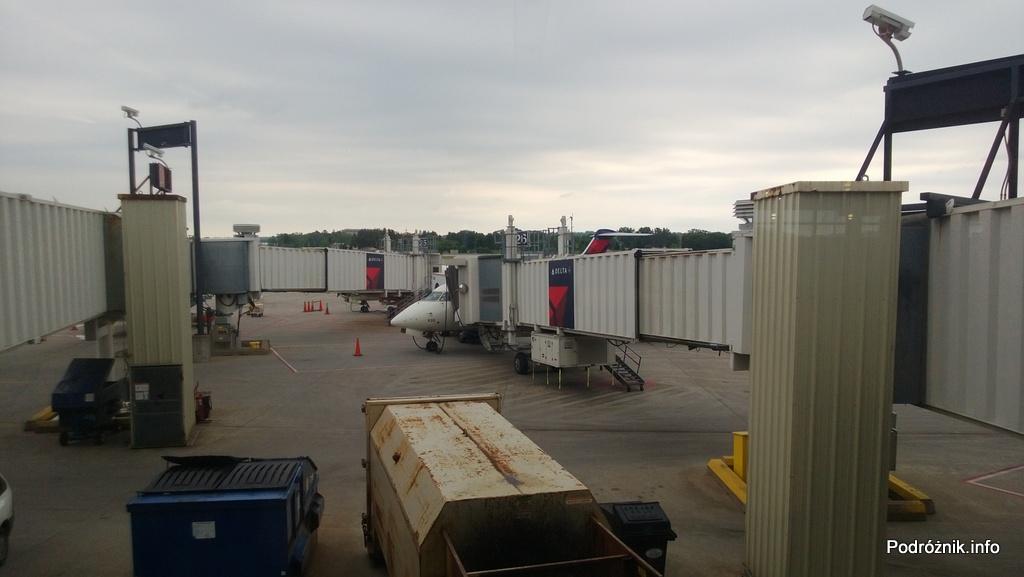 Delta Air Lines - Canadair Regional Jet CRJ-900 - N935XJ - samplot przy rękawie - czerwiec 2013