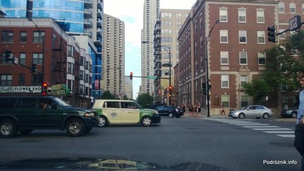 USA - Chicago - dziewczyny łapiące taksówkę na imprezę - czerwiec 2013
