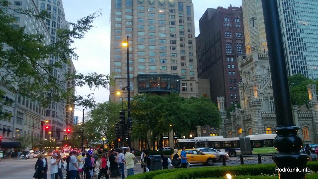 USA - Chicago - wieżowce otaczające kościół - czerwiec 2013