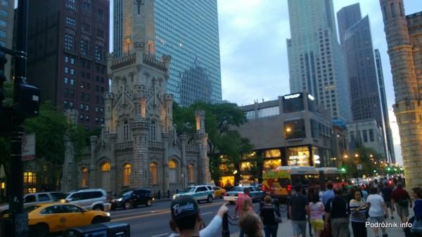 USA - Chicago - kościół otoczony wysokimi budynkami - czerwiec 2013