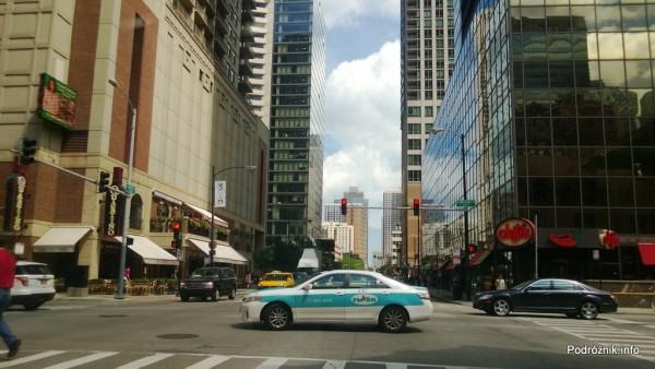 USA - Chicago - samochód na skrzyżowaniu w północnej części miasta - czerwiec 2013