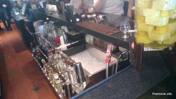 USA - przedmieścia Chicago - Longhorn Steaks - bar od strony barmana - czerwiec 2013