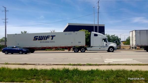 USA - przedmieścia Chicago - typowa amerykańska ciężarówka - czerwiec 2013