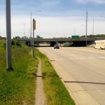 USA - przedmieścia Chicago - szeroka droga przebiegająca pod autostradą - czerwiec 2013
