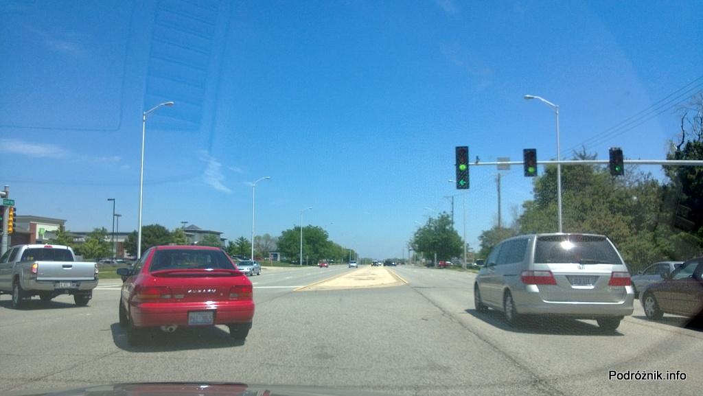 USA - przedmieścia Chicago - przed nami pas do skrętu w lewo z obu kierunków - czerwiec 2013