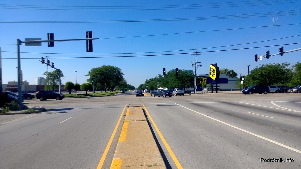 USA - przedmieścia Chicago - widok na skrzyżowanie z pasa oddzielającego jezdnie - czerwiec 2013