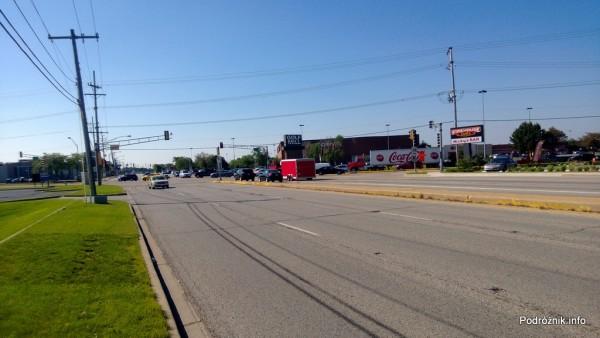 USA - przedmieścia Chicago - widok na skrzyżowanie z trawnika - czerwiec 2013