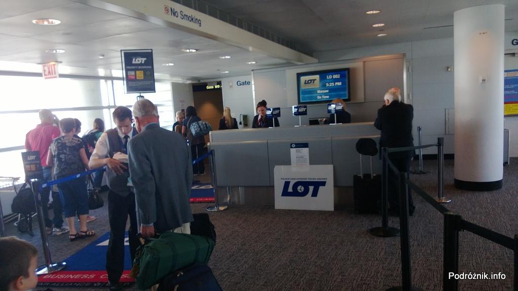 USA - Chicago O'Hare International Airport (ORD) - przy bramce Polskich Linii Lotniczych LOT (LO) - podium - czerwiec 2013