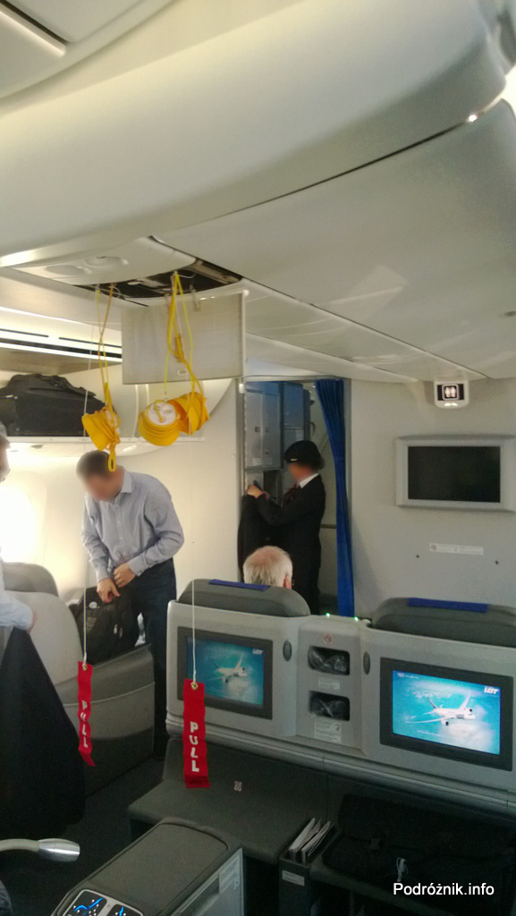 Polskie Linie Lotnicze LOT - Boeing 787 Dreamliner (SP-LRA) - Klasa Biznes (Elite Club) - maski tlenowe i czerwone rączki - czerwiec 2013