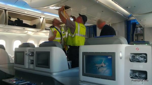 Polskie Linie Lotnicze LOT - Boeing 787 Dreamliner (SP-LRA) - Klasa Biznes (Elite Club) - maski tlenowe i mechanicy w uniformach flightcheck - czerwiec 2013