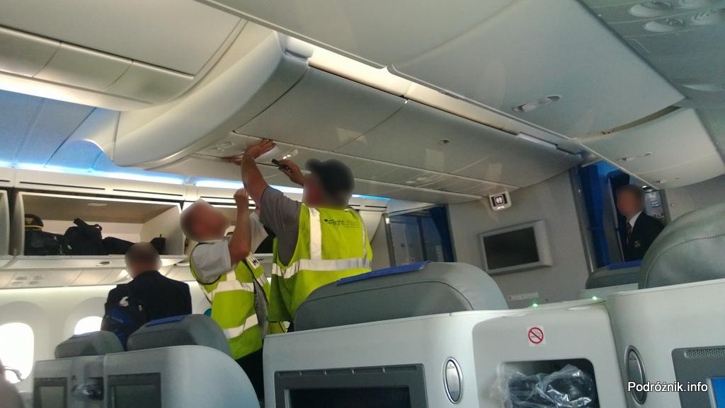 Polskie Linie Lotnicze LOT - Boeing 787 Dreamliner (SP-LRA) - Klasa Biznes (Elite Club) - serwisanci w uniformach flightcheck zamykają panel od masek tlenowych - czerwiec 2013