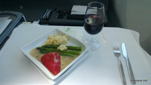 Polskie Linie Lotnicze LOT - Boeing 787 Dreamliner (SP-LRA) - Klasa Biznes (Elite Club) - danie główne wegetariańskie - papryka nadziewana kozim serem z szparagami i kalafiorem - czerwiec 2013
