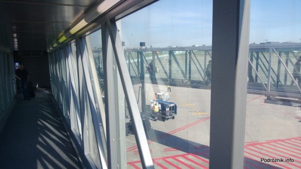 Polska - Warszawa - Lotnisko Chopina - wyjście z samolotu 787 Dreamliner (SP-LRA) przez dwa rękawy - czerwiec 2013