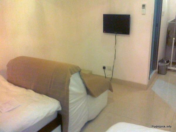 Chiny - Hongkong  - Kings Guest House - Pokój typu Twin Standard - mały płaski telewizor na ścianie - kwiecień 2013