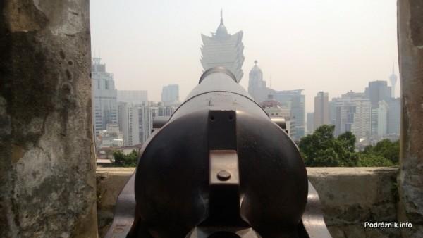 Chiny - Makao - armata wycelowana w Grand Lisboa Casino - kwiecień 2013