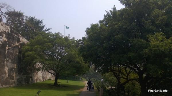 Chiny - Makao - powiewająca flaga nad twierdzą - kwiecień 2013