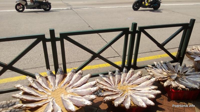 Chiny - Makao - ryby suszone na słońcu przy ruchliwej ulicy - kwiecień 2013