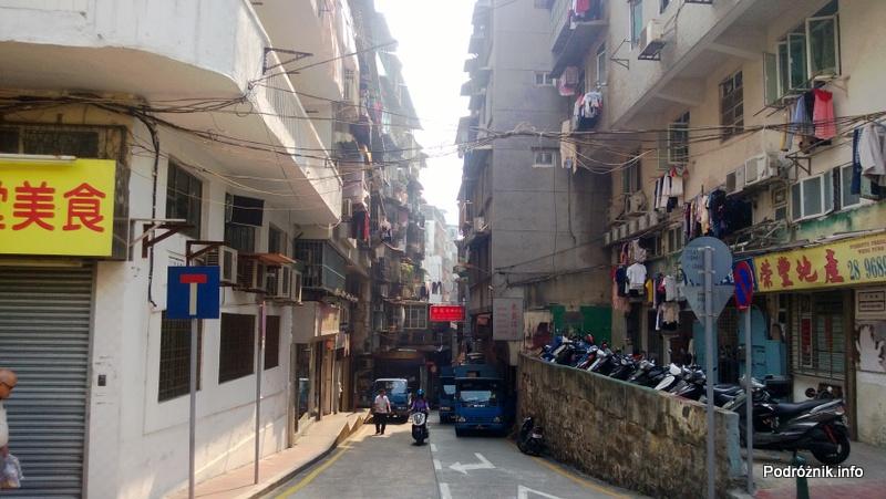 Chiny - Makao - parking dla skuterów pod blokiem - kwiecień 2013