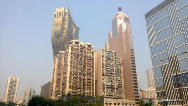 Chiny - Makao - blok mieszkalny z Grand Lisboa Casino w tle - kwiecień 2013