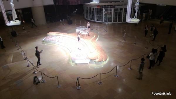 Chiny - Hongkong  - Pacific Place - nocne przygotowania do pokazu mody La Perla - modelki w bieliźnie - kwiecień 2013