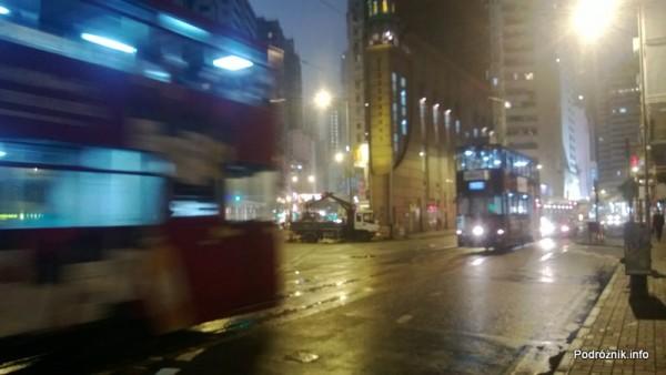 Chiny - Hongkong - dwa oświetlone piętrowe tramwaje w nocy podczas jazdy - kwiecień 2013