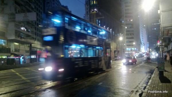 Chiny - Hongkong - oświetlony piętrowy tramwaj w nocy podczas jazdy - kwiecień 2013