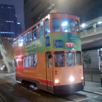 Chiny - Hongkong - oświetlony piętrowy tramwaj w nocy na przystanku - kwiecień 2013