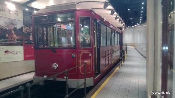 Chiny - Hongkong - zabytkowy drewniany tramwaj kursujący na wzgórze Wiktorii (The Peak) - kwiecień 2013