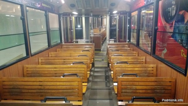 Chiny - Hongkong - zabytkowy drewniany tramwaj kursujący na Wzgórze Wiktorii (The Peak) - drewniane ławki w środku - kwiecień 2013