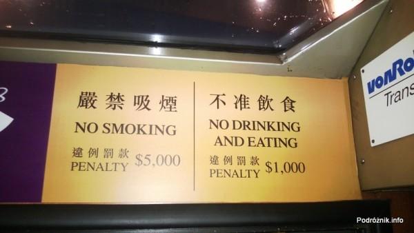 Chiny - Hongkong - zabytkowy drewniany tramwaj kursujący na Wzgórze Wiktorii (The Peak) - cennik opłat karnych za nieprzestrzeganie przepisów - kwiecień 2013