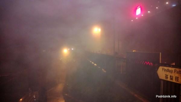 Chiny - Hongkong - Wzgórze Wiktorii (The Peak) - mgła rozświetlona lampami - kwiecień 2013
