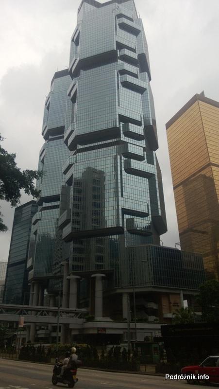 Chiny - Hongkong - czarny wieżowiec o ciekawej architekturze - kwiecień 2013