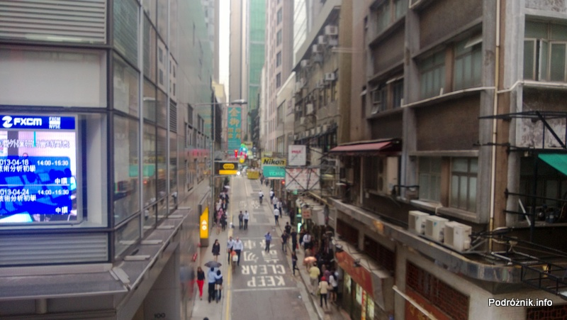 Chiny - Hongkong - poprzeczna uliczka widziana z najdłuższych na świecie schodów ruchomych - kwiecień 2013