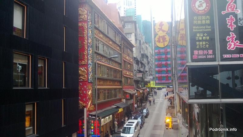 Chiny - Hongkong - poprzeczna uliczka z czerwonym budynkiem widziana z najdłuższych na świecie schodów ruchomych - kwiecień 2013