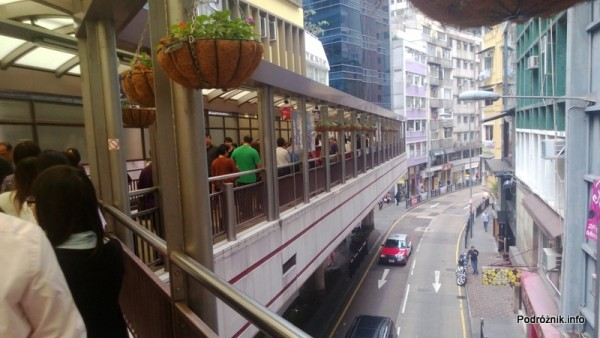 Chiny - Hongkong - ludzie stojący w kolejce po darmowe doładowanie karty miejskiej za korzystanie z najdłuższych na świecie schodów ruchomych - kwiecień 2013
