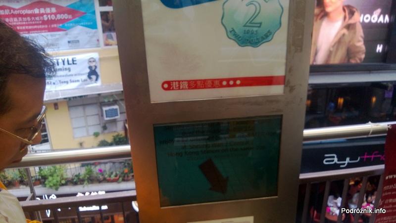 Chiny - Hongkong - punkt darmowego doładowania kart miejskich za korzystanie z najdłuższych na świecie schodów ruchomych - kwiecień 2013