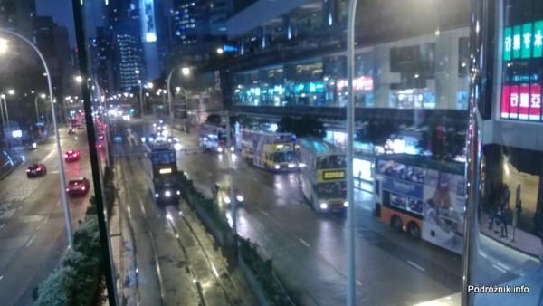Chiny - Hongkong - ulica z piętrowymi tramwajami i autobusami nocą - kwiecień 2013