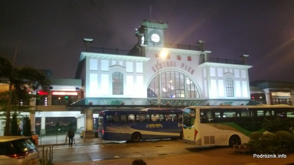Chiny - Hongkong - nocne oświetlenie budynku przystani promowej - kwiecień 2013