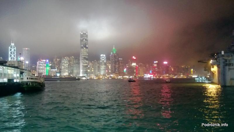 Chiny - Hongkong - oświetlone wieżowce nocą - kwiecień 2013
