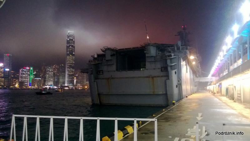 Chiny - Hongkong - oświetlone wieżowce nocą i statek marynarki wojennej - kwiecień 2013