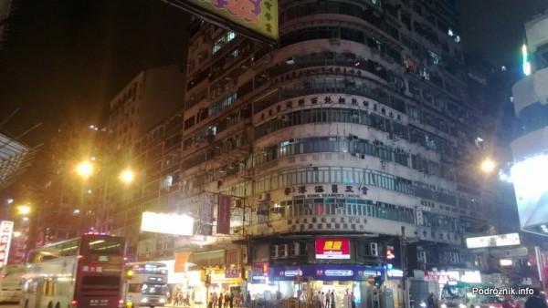 Chiny - Hongkong - budynek na rogu z chińskimi znakami - kwiecień 2013