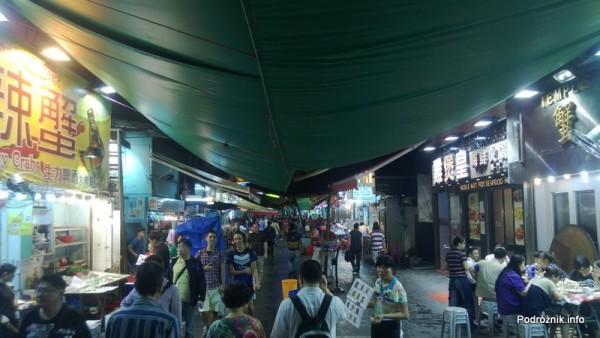 Chiny - Hongkong - zadaszona ulica z restauracjami w pobliżu bazaru - kwiecień 2013